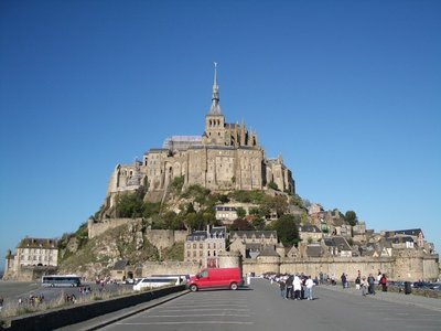 400px-Mont_Saint_Michel_near[1]